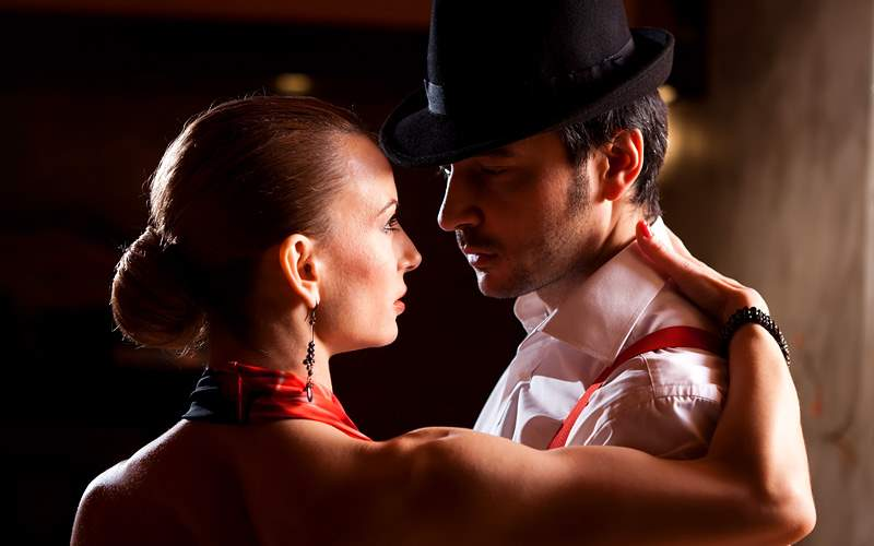 Man and woman dancing the Argentinian tango