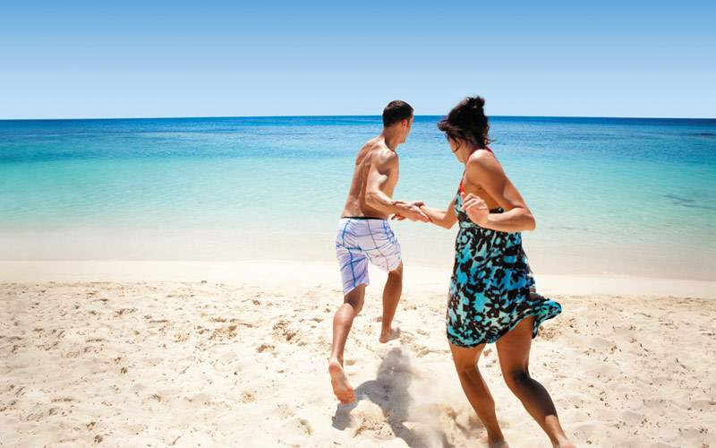 Guests run into beach in Roatan