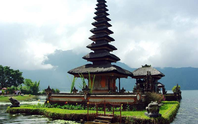 Visit temples in Lake Bratan in Bali