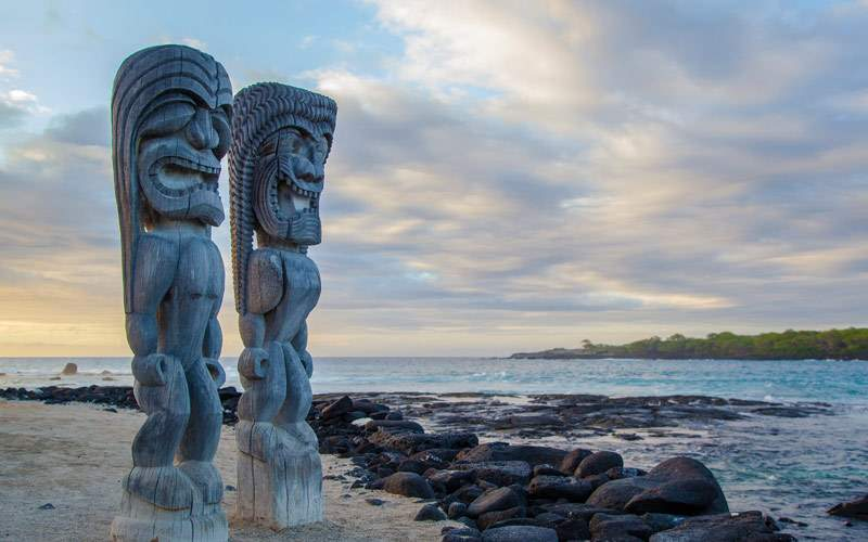 Wooden Hawaiian statues in Pu